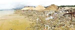 福州乌龙江畔一伙人采砂后再运建筑垃圾填江